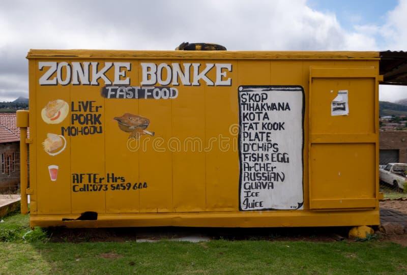 Despensa para viagem amarela autorizada 'Zonke Bonke ', fotografado em Phuthaditjhaba perto de Witieshoek, África do Sul fotos de stock