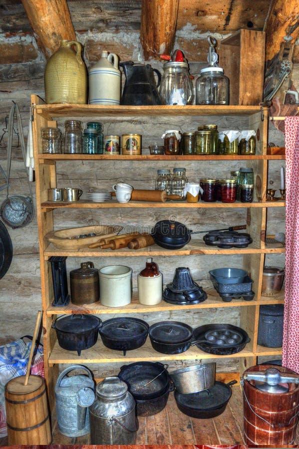 Despensa velha rústica da cabine de registro do tempo imagens de stock