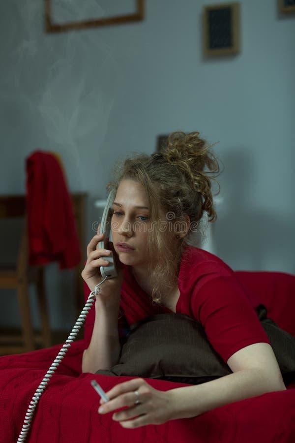 Desperacka kobieta dzwoni przyjaciel zdjęcie royalty free