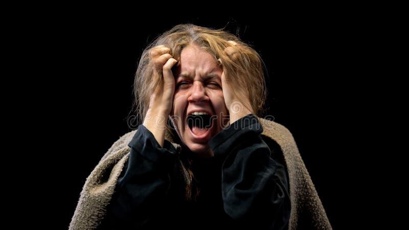Desperacka kobieta krzyczy w stroskaniu, cierpi zaburzenia psychiczne, koszmar zdjęcie royalty free