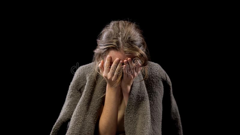 Desperacka młoda żeńska nakrycie twarz z rękami, psychologiczny uraz, nadużycie fotografia stock