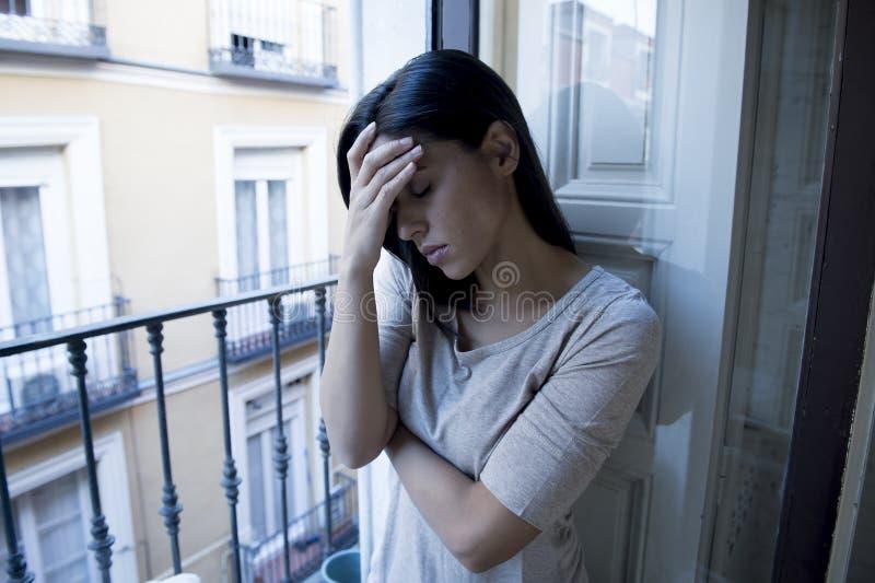 Desperacki Łaciński kobiety balkonowy patrzeć niszczącym i deprymującym cierpi depresją w domu zdjęcie stock