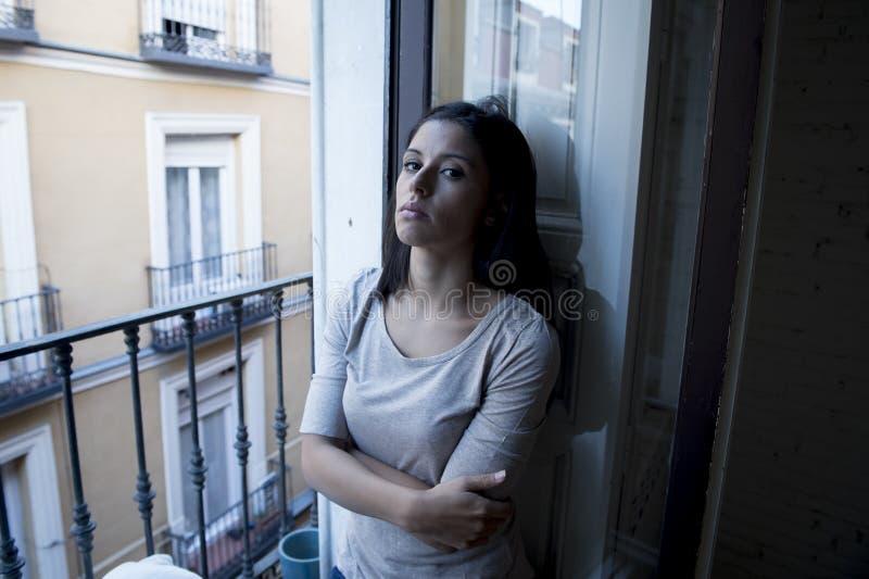 Desperacki Łaciński kobiety balkonowy patrzeć niszczącym i deprymującym cierpi depresją w domu zdjęcie royalty free