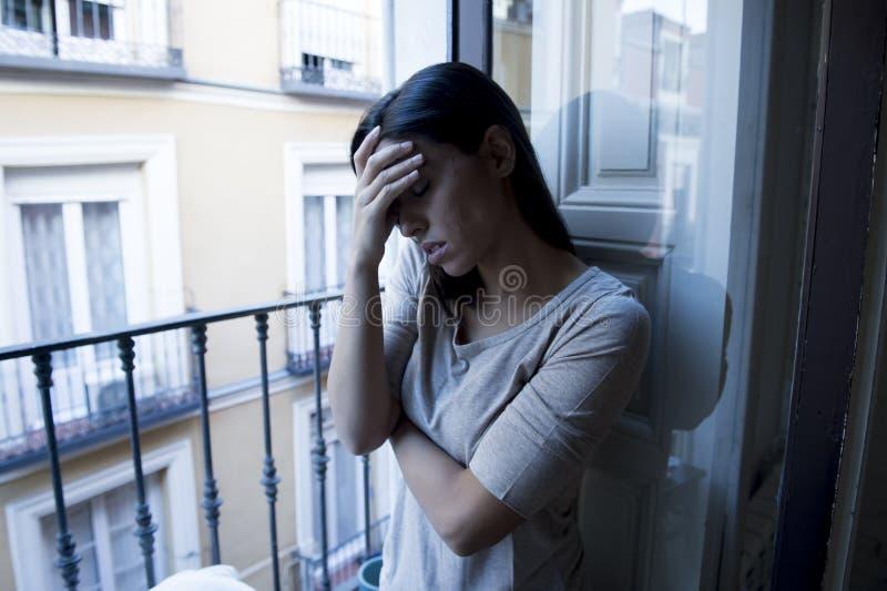Desperacki Łaciński kobiety balkonowy patrzeć niszczącym i deprymującym cierpi depresją w domu obraz royalty free