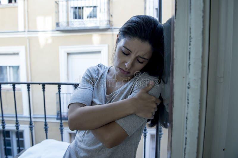 Desperacki Łaciński kobiety balkonowy patrzeć niszczącym i deprymującym cierpi depresją w domu fotografia royalty free