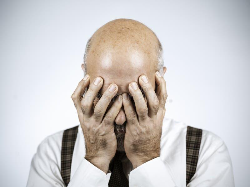 Desperacki dorośleć mężczyzny z głową w rękach fotografia stock