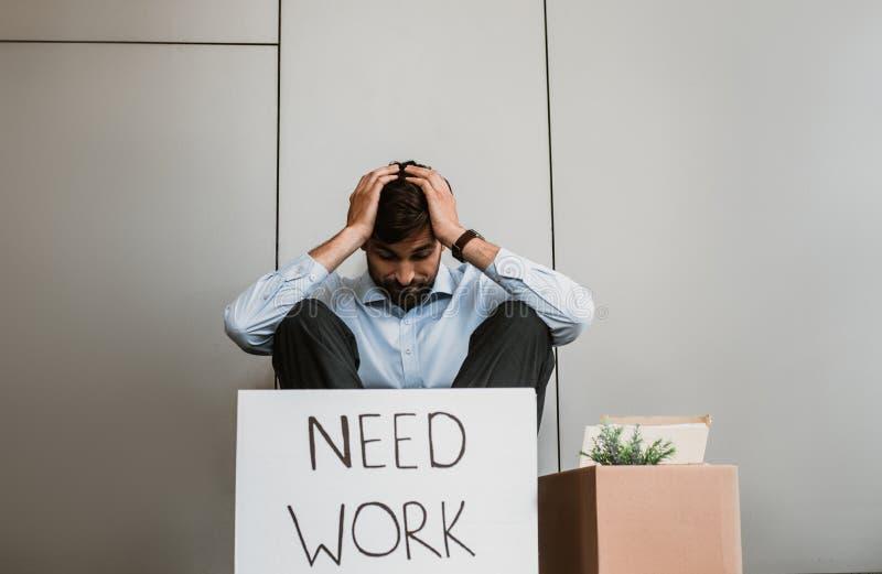 Desperacki mężczyzna brakuje nową pracę plenerową obraz stock