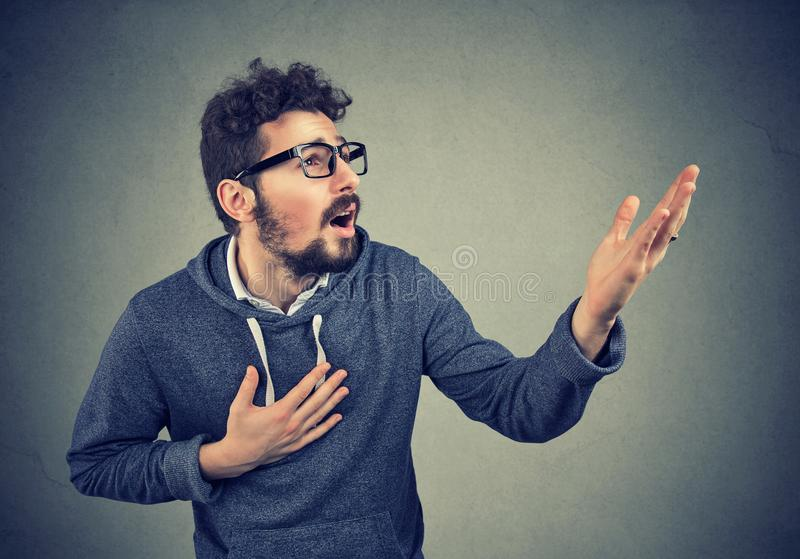 Desperacki mężczyzna krzyczy pytać dla pomocy przebaczenia obrazy royalty free
