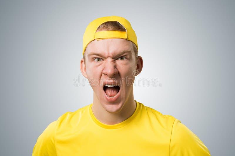 Desperacki nastolatek krzyczy z z?o?ci? fotografia stock