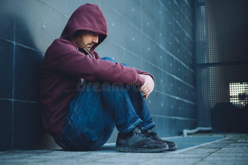 Desperacki osamotniony mężczyzna sadzający fotografia royalty free