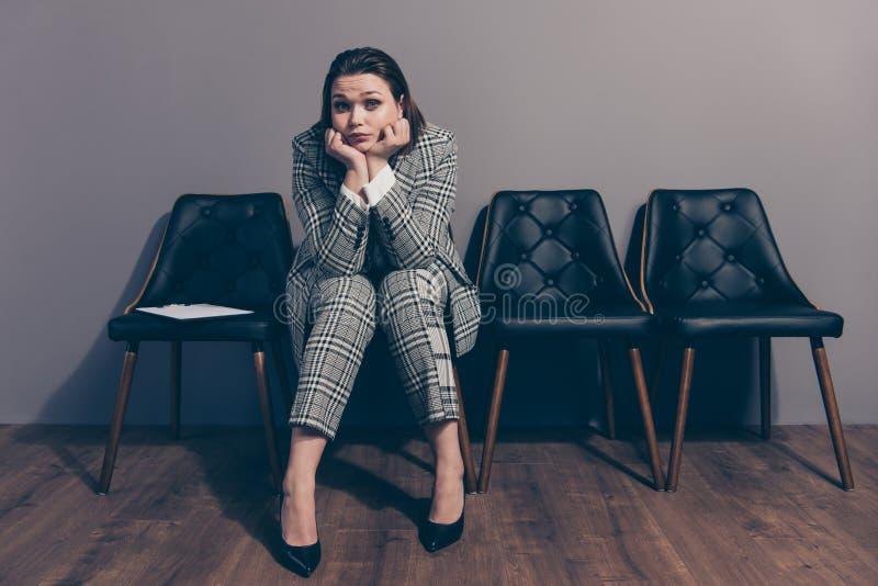Desperat fullt foto för längdformatkropp av henne hennes dam som sitter på svarta stilfulla planlagda fåtöljer som väntar i linje royaltyfria foton