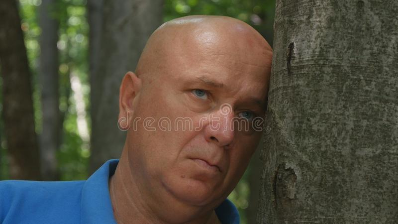 Desperat manbild i en bergskog royaltyfri foto