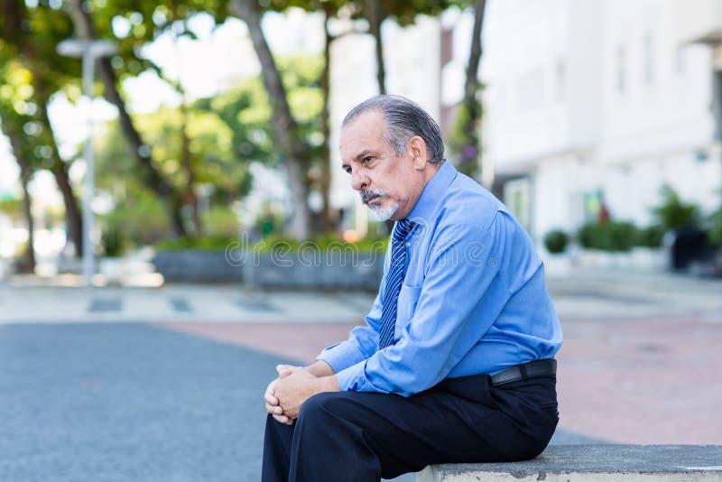Desperat och ensam pensionerad affärsman royaltyfri fotografi