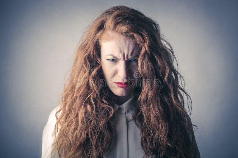 Desperat och ilsken kvinna royaltyfri bild
