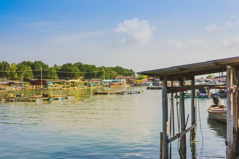 despercebido em Tail?ndia Cenário da aldeia piscatória a vila da Nenhum-terra no golpe Chan, Chanthaburi, Tailândia fotografia de stock royalty free