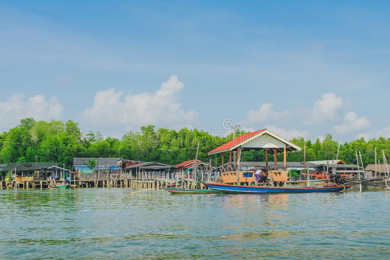 despercebido em Tail?ndia Cenário da aldeia piscatória a vila da Nenhum-terra no golpe Chan, Chanthaburi, Tailândia fotografia de stock