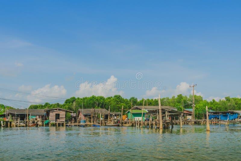 despercebido em Tail?ndia Cenário da aldeia piscatória a vila da Nenhum-terra no golpe Chan, fotografia de stock royalty free