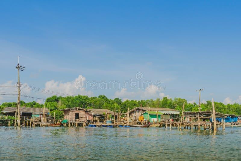 despercebido em Tail?ndia Cen?rio da aldeia piscat?ria a vila da Nenhum-terra no golpe Chan, imagens de stock royalty free