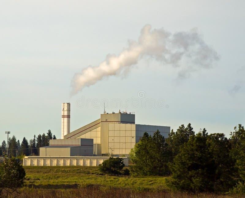 Desperdício à planta de energia com fumo fotos de stock royalty free