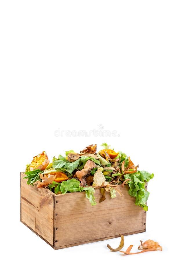 Desperdício de alimento vegetal da cozinha em um re recipiente de madeira usado para a casa que aduba o bacground branco fotografia de stock royalty free
