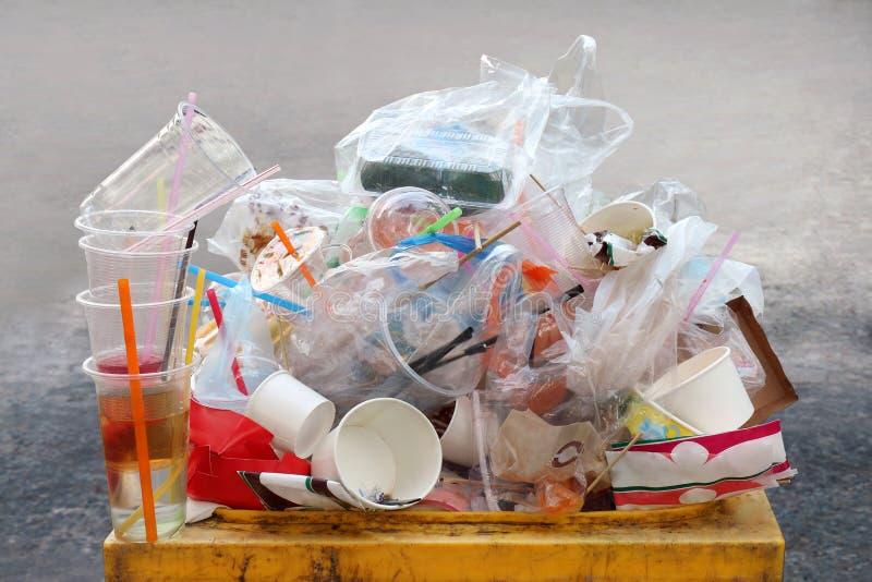 Desperdício do lixo, da descarga, do plástico, pilha da garrafa do desperdício do plástico do lixo e bandeja da espuma do saco mu foto de stock