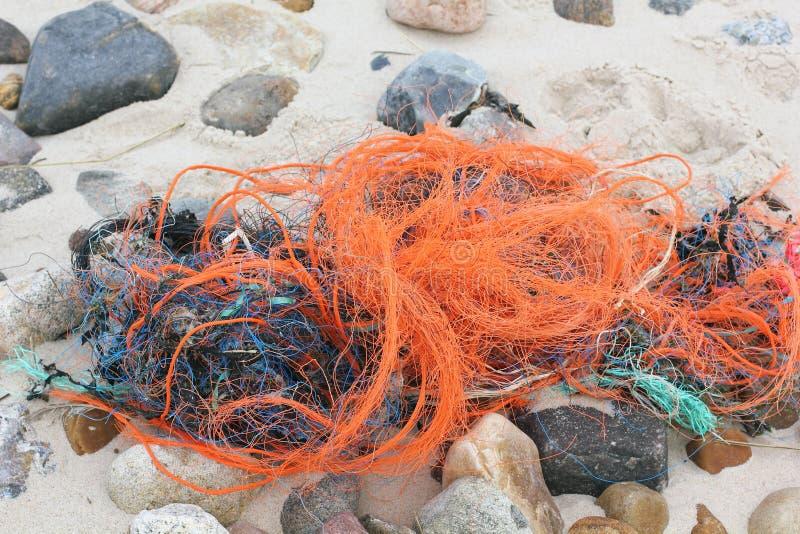 Desperdício do plástico na praia fotos de stock royalty free