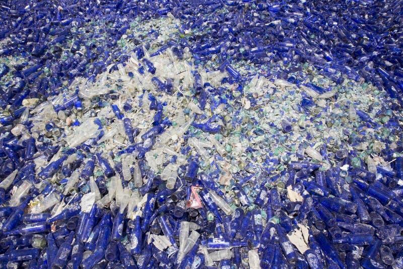 Desperdício do vidro em reciclar a facilidade Frascos azuis fotos de stock royalty free