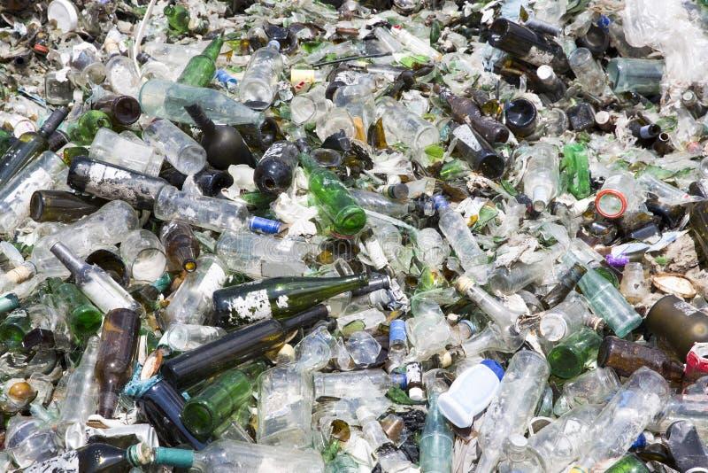 Desperdício do vidro em reciclar a facilidade Pilha das garrafas imagem de stock