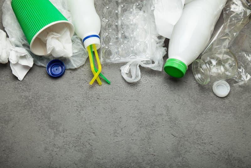 Desperdício e desperdícios de papel, plásticos e de vidro recycling Copie o espa?o foto de stock royalty free