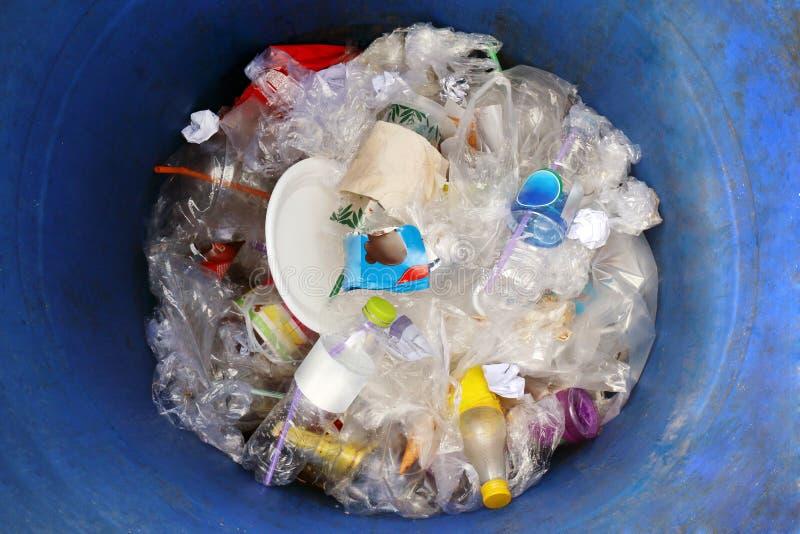 Desperdício, garrafa plástica do lixo do escaninho na opinião superior azul do lixo do escaninho, muita desperdício do lixo imagens de stock royalty free