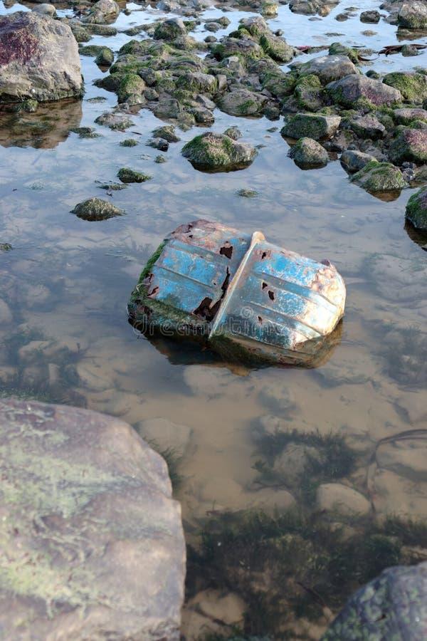 Desperdício na costa imagens de stock royalty free