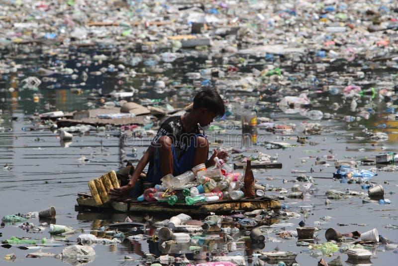 Desperdício plástico Manila Filipinas do dia da água do mundo imagens de stock