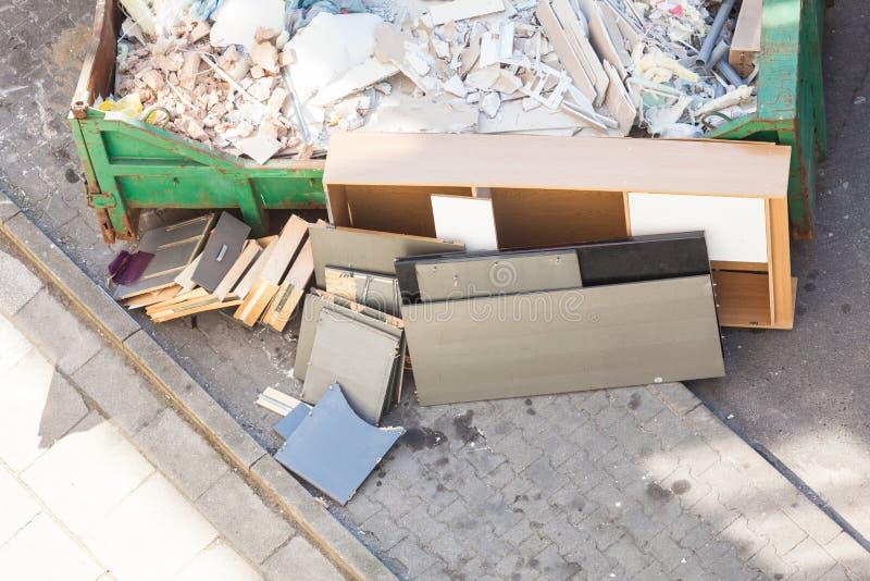 Desperdício volumoso, lixo desarrumado no recipiente fotografia de stock