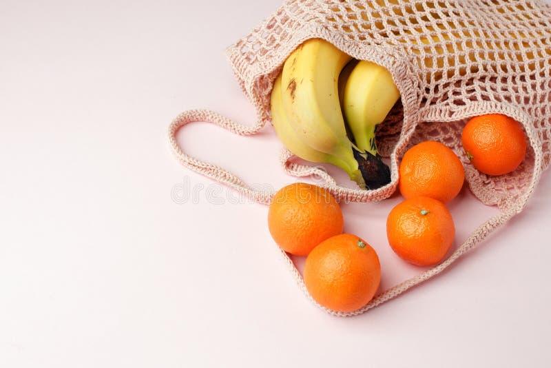 Desperdício zero, saco reciclado livre plástico do produto de matéria têxtil para o fruto levando ou vegetais no fundo cor-de-ros fotos de stock