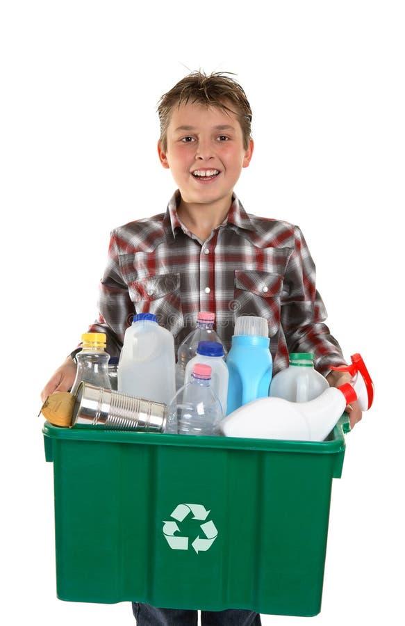 Desperdícios carreg do menino feliz para recicl imagens de stock