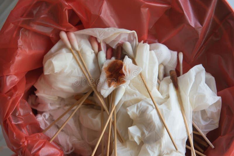 Desperdícios infecciosos no saco vermelho no hospital, fundo fotografia de stock royalty free