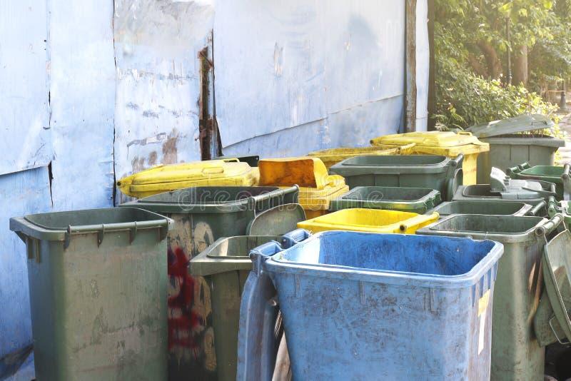 Desperdice o escaninho sujo, sucata do contentor reciclam, empilham do plástico que muitos para desperdiçam a descarga de lixo, e fotos de stock royalty free