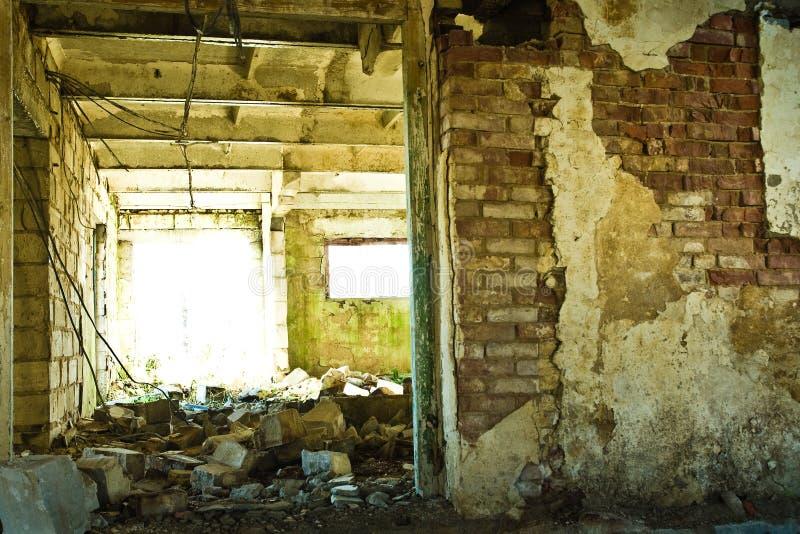 Desperdicios en granero de vaca abandonado fotografía de archivo