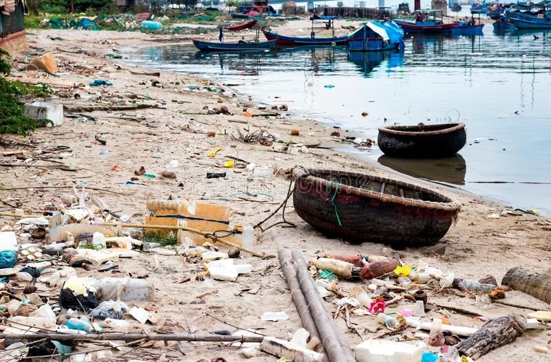 Desperdicios en la orilla del r?o fotografía de archivo libre de regalías