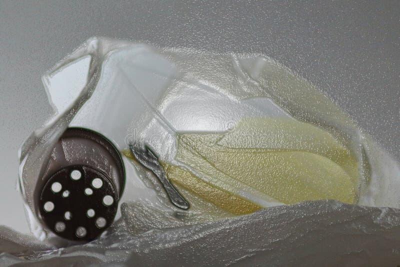 Desperdicios plásticos en el bolso de plástico transparente que forma una forma de onda fotografía de archivo libre de regalías