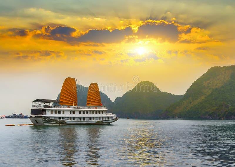 Desperdicios turísticos de la puesta del sol que flotan la bahía larga de la ha imágenes de archivo libres de regalías