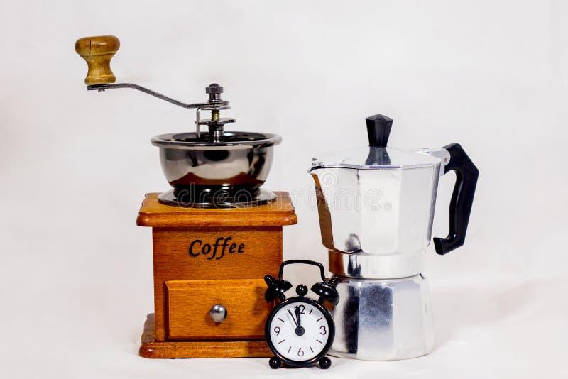 Despertador, amoladora de café y caldera imagenes de archivo
