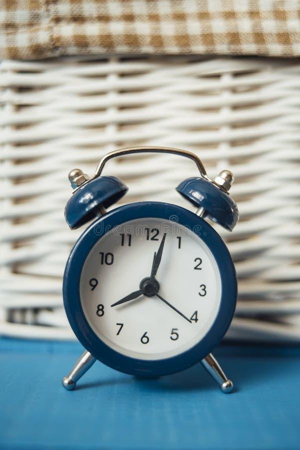 Despertador azul foto de archivo