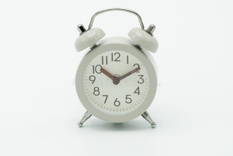 Despertador branco do vintage no conceito branco do curso do fundo fotos de stock royalty free