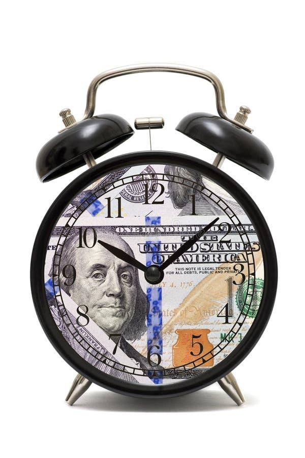Despertador, cara de reloj con el billete de banco de los dólares Reloj y billetes de banco El tiempo es oro concepto Concepto de imagenes de archivo