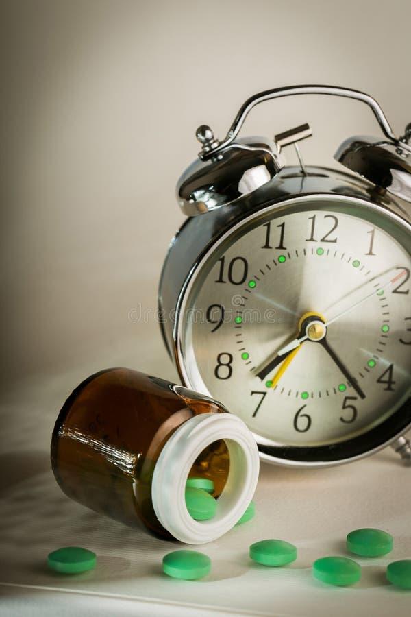 Despertador com comprimidos fotografia de stock