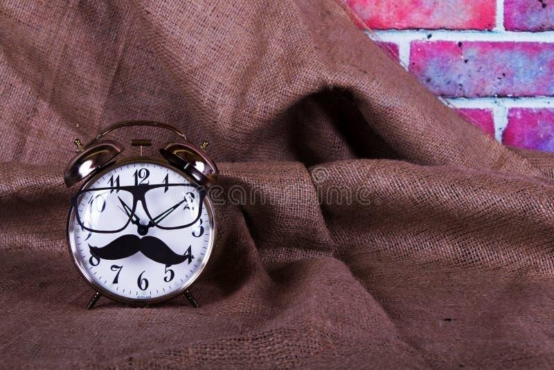 Despertador con un bigote negro del inconformista foto de archivo libre de regalías