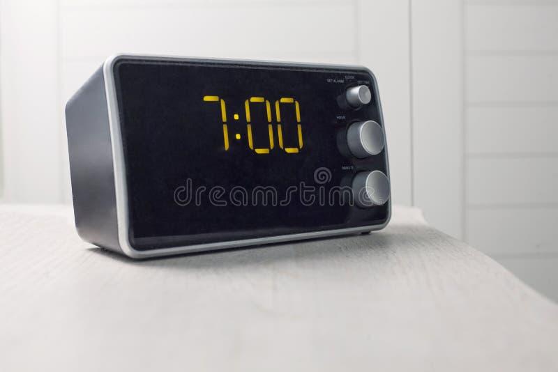 Despertador de Digitas com os dígitos que mostram sete horas fotos de stock