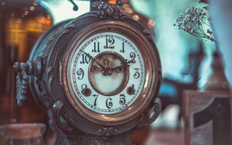 Despertador del vintage en la tabla foto de archivo libre de regalías