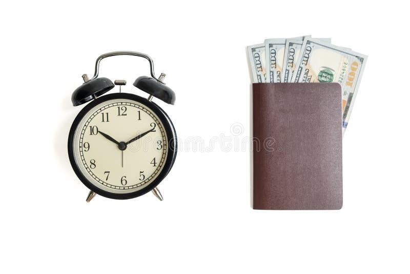 Despertador do vintage e dinheiro isolados do dinheiro com o passaporte no whi fotografia de stock